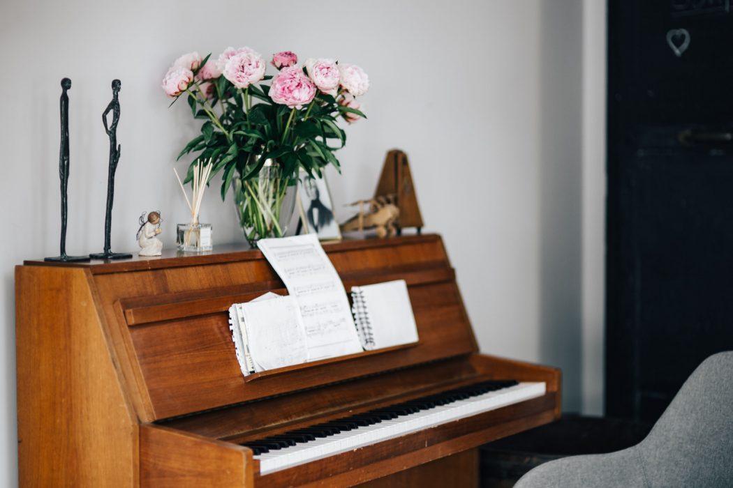 kaboompics Old piano with sheet music vieux piano avec partition by KAROLINA GRABOWSKA